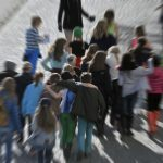 Skolklass på promenad