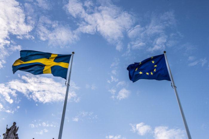 Svenska flaggan och EU-flaggan