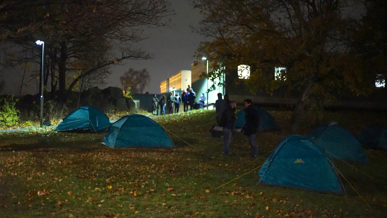 Nyanlända sover i tält efter två år i Solna | Aftonbladet
