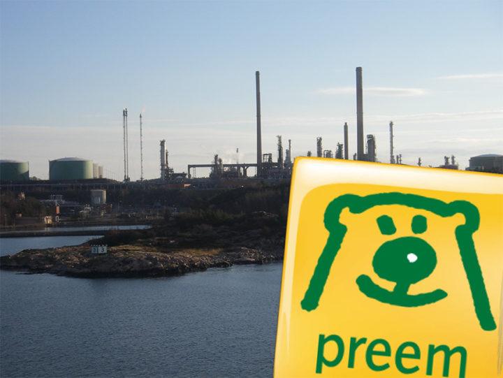 Prrems logotyp inklippt över en bild av Preems raffinaderi i Lysekil.