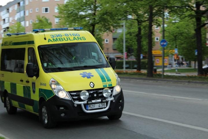 Ambulans på en stadsgata.