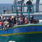 Flyktingar på en överfylld båt vid den italienska ön Lampedusa. EU vill nu skärpa sin migrationspolitik ytterligare så att färre migranter kan ta sig till Europa.