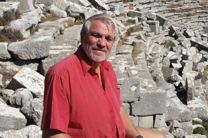 Debattören Bengt Sundell i röd pikétröja.