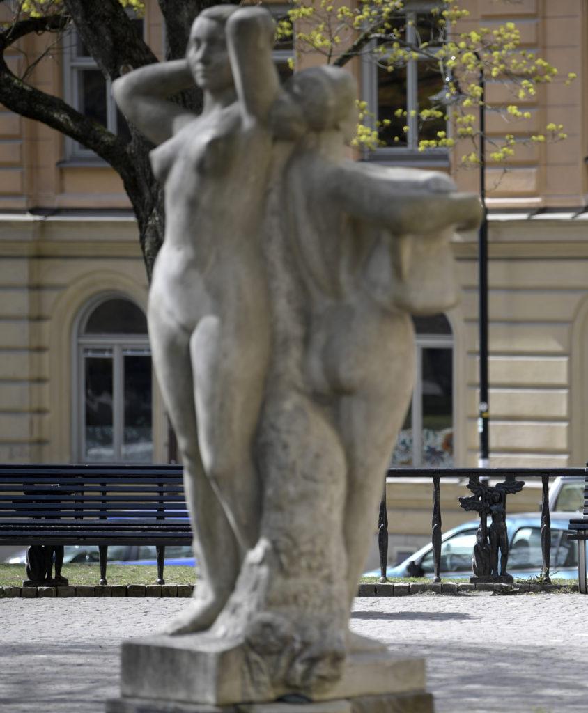 Statyn Systrarna på Mosebacke torg föreställande två nakna kvinnor rygg mot rygg.
