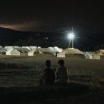 Pojkarna Sabek och Musafer framför flyktinglägret Idomeni.