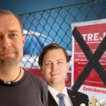 Elektrikernas Tomas Jansson och Almegas Richard Orberg. I bakgrunden övertejpad strejkskylt på Hometec Security med en verisure i bakgrunden