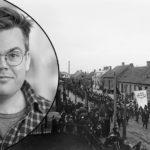 Erik Bengtson inklippt över ensvartvit bild föreställande en demonstration för allmän rösträtt. En fana med texten Lefve den allmänna rösträtten och en blåsorkester syns främst i demonstrationen.