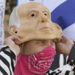 En demonstrant i Israel bär en gummimask föreställande premiärminister Benjamin Netanyahu.
