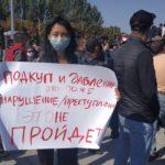 Statsvetaren Bermet Borubayeva med en protestskylt under en demonstration.