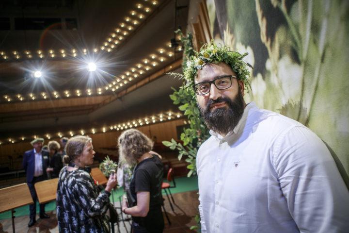 Hamid Zafar med blommor i håret i samband med förra årets sommar i P1