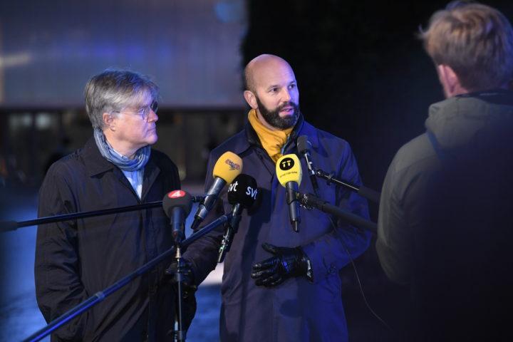 Martin Wästfeldt Unionen och Mattias Dahl vice vd Svenskt Näringsliv med mikrofoner riktade mot sig. Det är kväll och ganska mörkt. Båda har ytterkläder på sig.