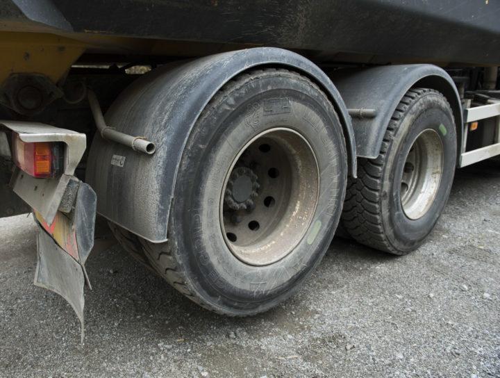 Lastbilsdäck exploderade i Hagfors, Värmland.