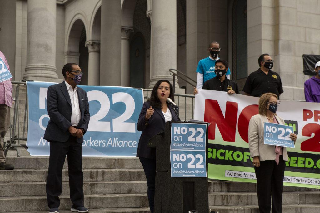 Nury Martinez, ledamot i LA City Council, i talarstolen under demonstrationen mot proposition 22.