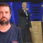 Skribenten Jon Weman inklippt över en bild på en leende Joe Biden på en scen. Han pekar mot publiken.