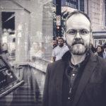 Kollage med människor på en gata, en dator och skribenten.