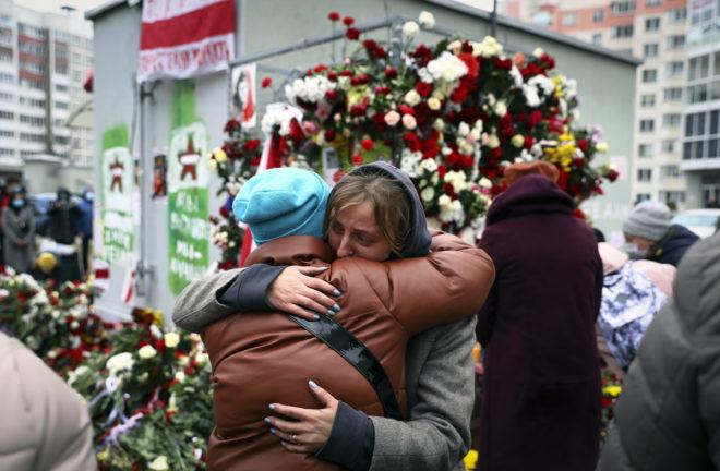 Två kvinnor sörjer i Belarus