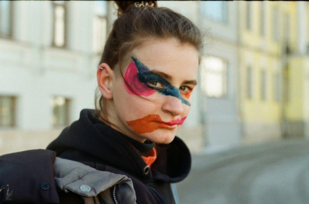 Dana med assymetrisk sminkning som är till för att lura kameror med ansiktsigenkänning.