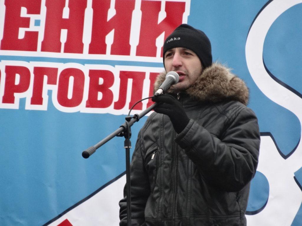 Sarkis Darbinjan jurist på organisationen RosKomSvoboda, håller tal i en mikrofon vid en demonstration.