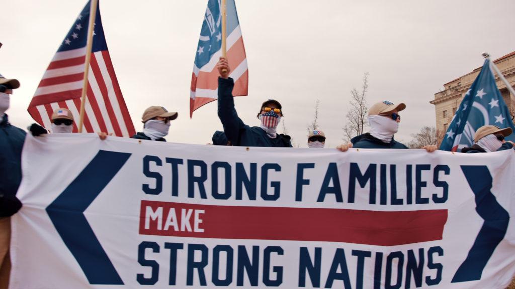 Abortmotståndare med en banderoll där det står Strong familys make strong nation.