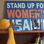 "En skylt på en abortklinik där det står ""Stand up for women's health."