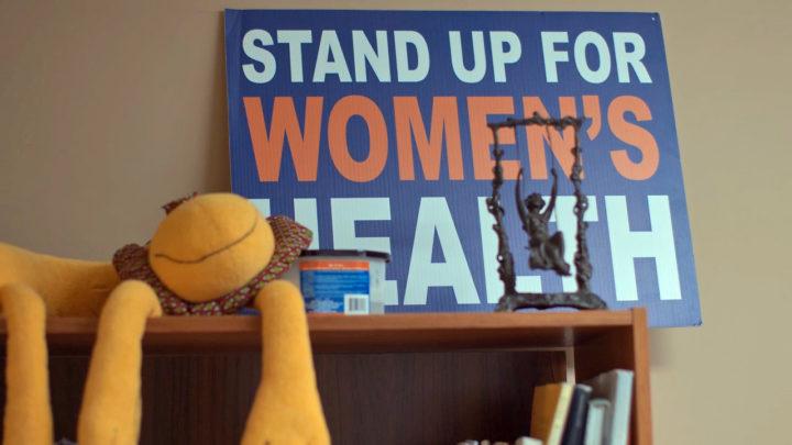 """En skylt på en abortklinik där det står """"Stand up for women's health."""