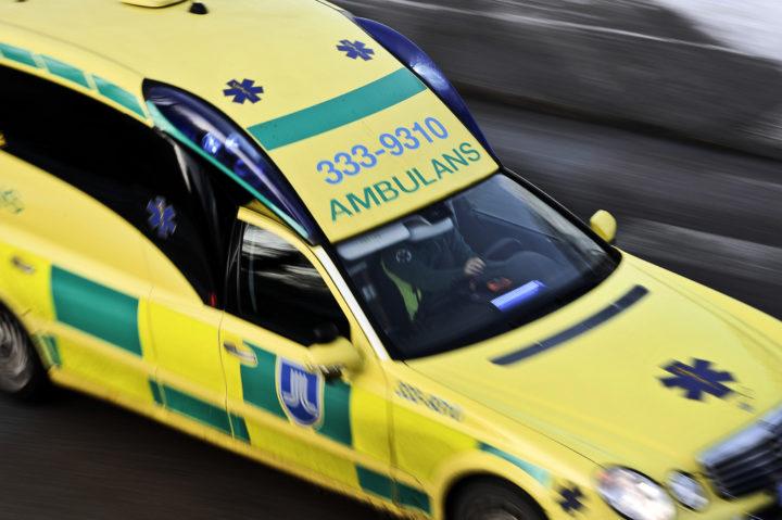 Ambulans körde mannen till sjukhus efter olyckan i Tibro