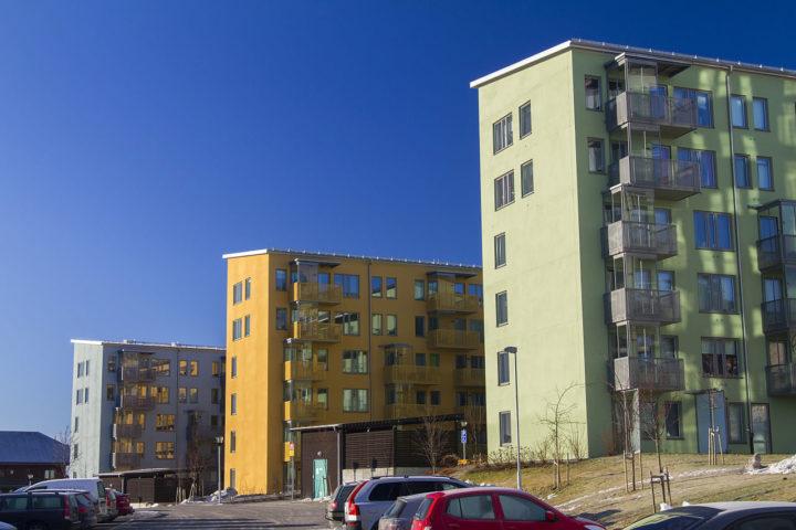 Färgglada sexvåningshus på rad i Märsta.