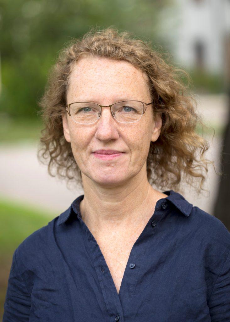 Porträttfoto på Susanne Urban tagen utomhus.