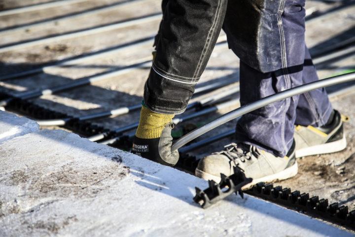 En byggnadsarbetare på ett tak
