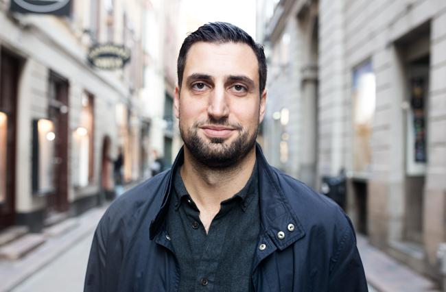 Porträttbild på Jonathan Leman på en gata i Gamla stan.