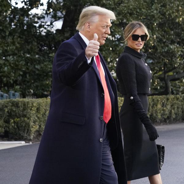 Donald och Melania Trump lämnar vita huset, Trump gör tummen upp mot kameran, Melania har solglasögon.