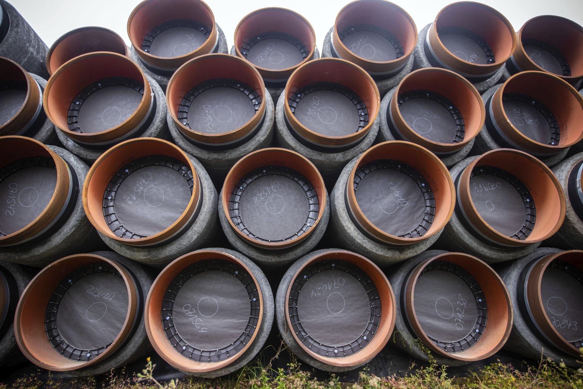Högar med rör i väntan på att monteras in i naturgasprojektet North Stream 2. När verksamheten är på plats ska den leverera naturgas under Östersjön till Tyskland, via Ukraina.