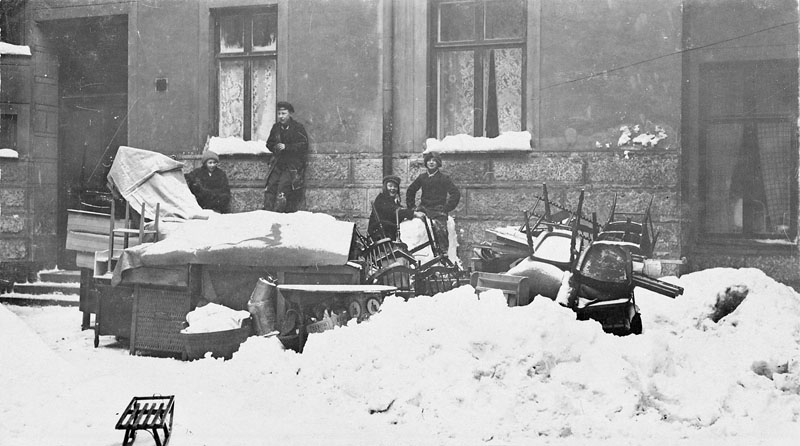 Några barn står vid ett bohag som burits ut i snön efter en vräkning.