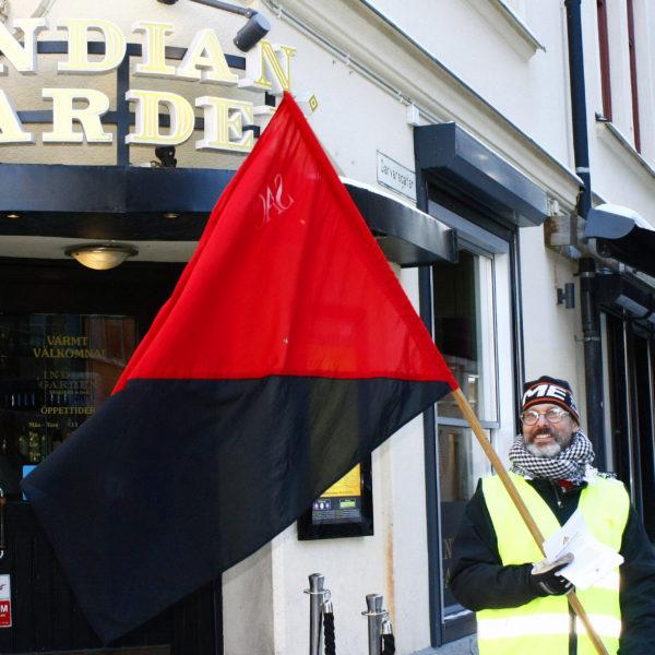 Blockadvakt från Norrköpings LS utanför Indian Gardens restaurang i Norrköping