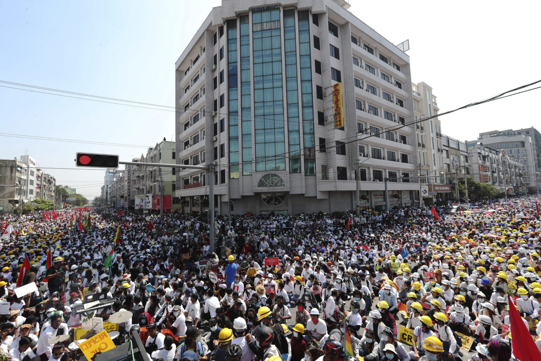 Protesterna mot militären i Myanmar växer
