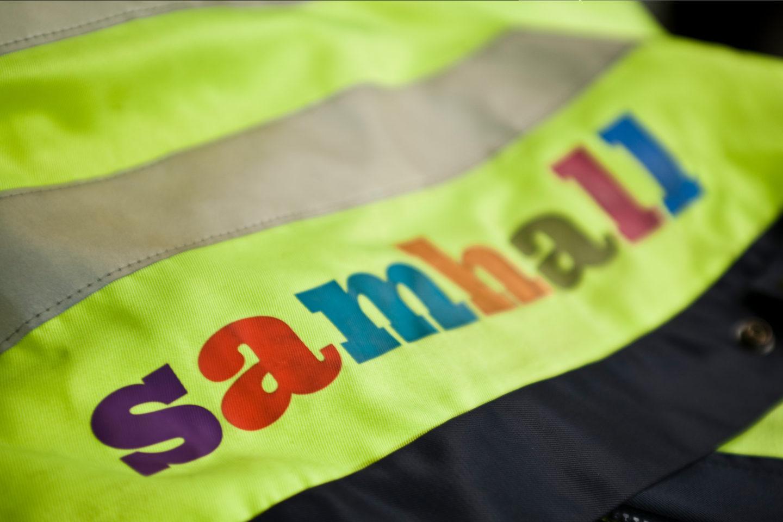 En väst med Samhalls logotyp
