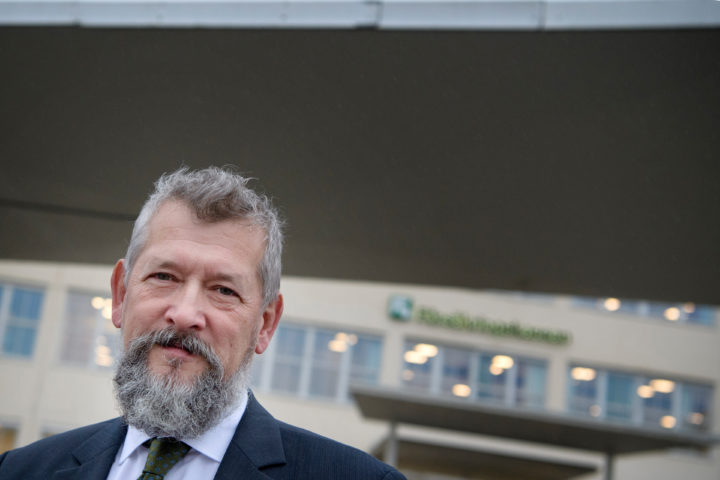 Försäkringskassans generaldirektör Nils Öberg framför myndighetens huvudkontor i Stockholm