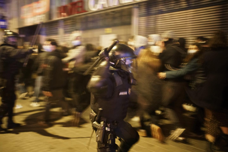 Kravaller i Barcelona efter gripandet av rapparen Pedro Hasél