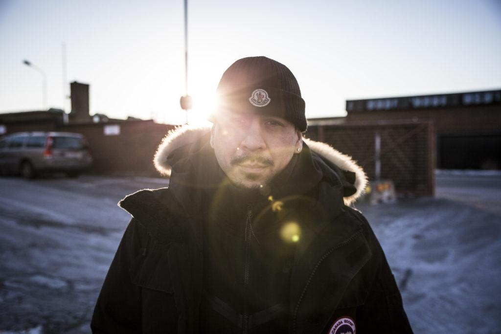 Tabare Corbes Serverio med en mössa och jacka med pälskant på luvan. Solen lyser fram bakom hans huvud.