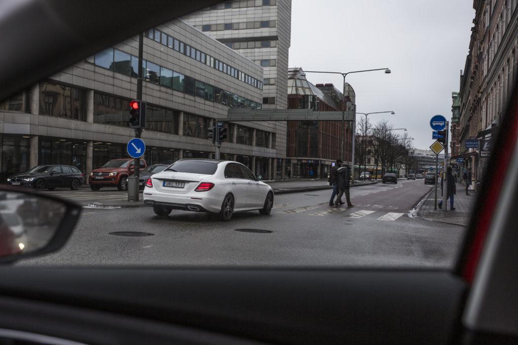 Gatuvy i Malmö, fotograferad genom sidorutan på en bil.