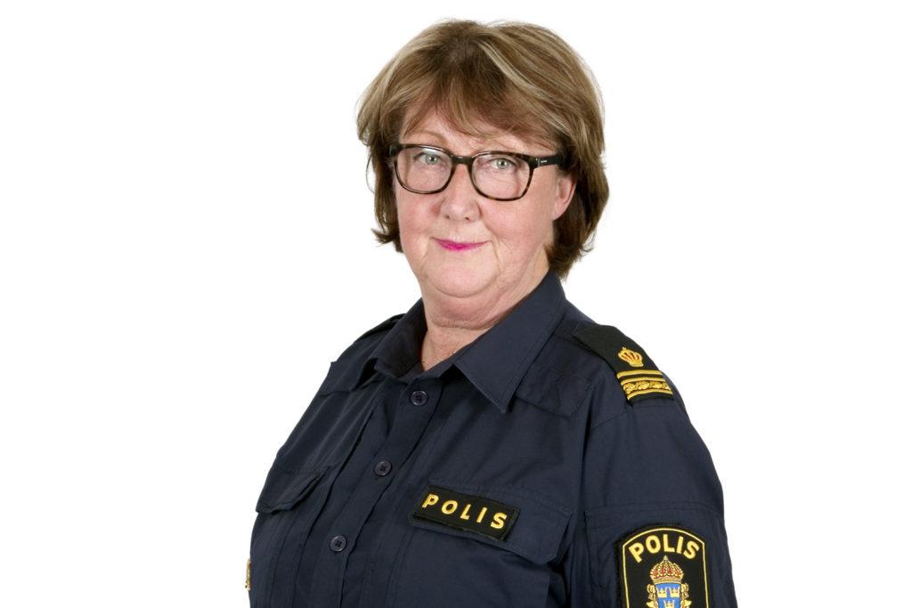 Ewa-Gun Westford i polisuniform mot vit bakgrund.