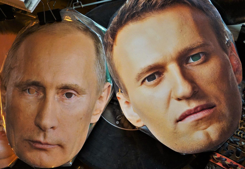 Bilder på två masker, med utklippta hål för ögonen. Den ena föreställande Putin, den andra Navalny