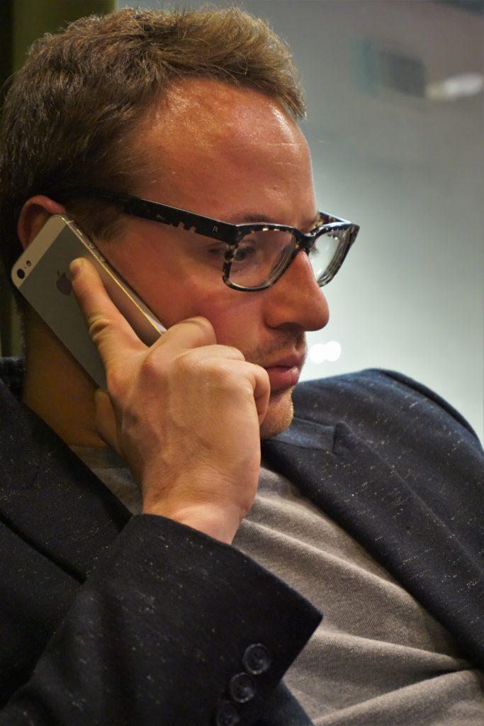Statsvetaren Ilja Matvejev pratandes i telefon.