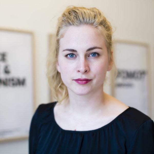 Porträtt av Clara Berglund, med svart tröja och uppsatt hår.