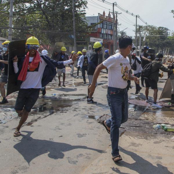 Demonstranter i Myanmar