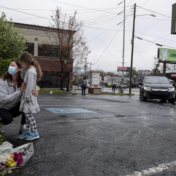 Sörjande utanför en massagesalong i Atlanta