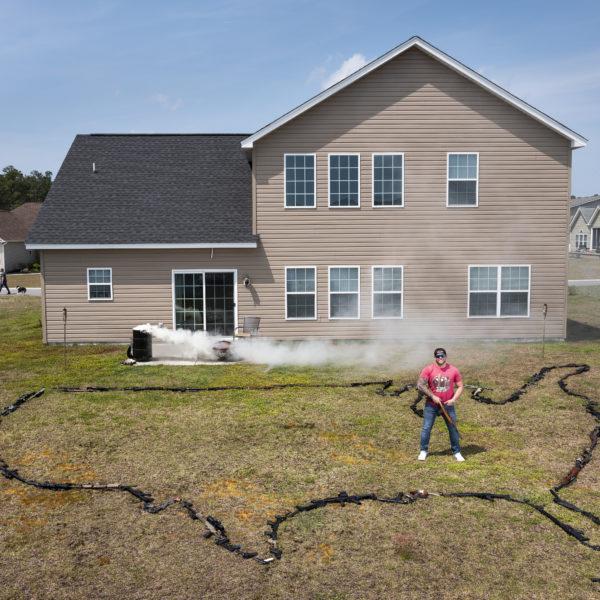 Will Renke, 35 år, omgiven av några av sina vapen, utlagda i formen av USA på gräsmattan framför hans hus i South Carolina.