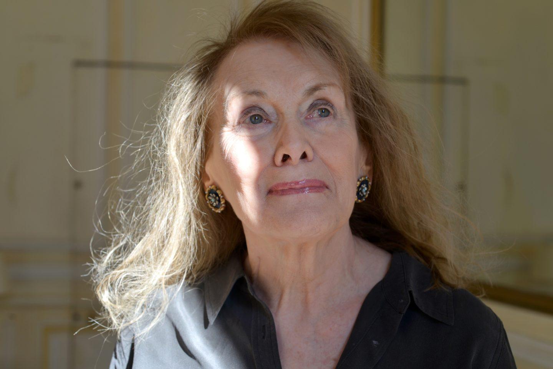 Porträtt på Annie Erneaux med sol i ansiktet.