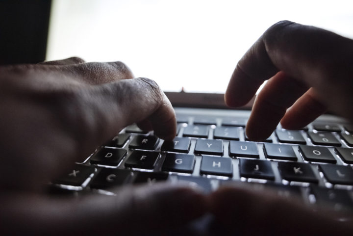 Person som skriver på en dator