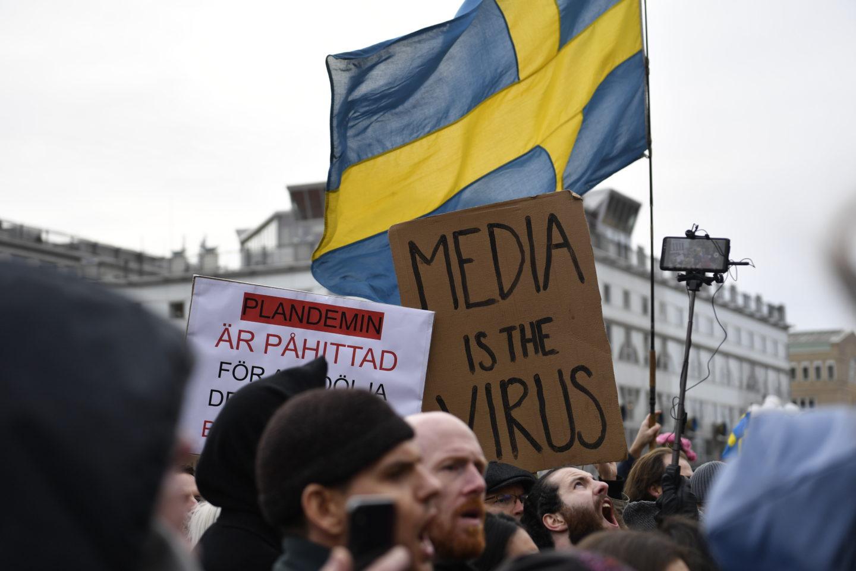 Demonstranter protesterar mot coronarestriktionerna i centrala Stockholm